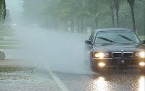 những lưu ý khi lái xe dưới trời mưa bão