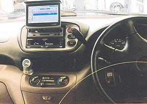 có nên lắp màn hình tivi trên xe oto hay không?