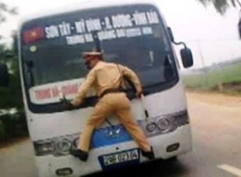 Cán bộ thi hành án nhấn ga chèn xe oto qua người CSGT