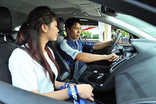 Hướng dẫn các thao tác trên xe và cách quay đầu xe oto