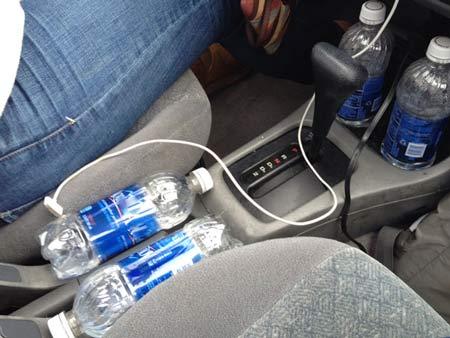 Phụ nữ có nguy cơ mắc ung thư vú do uống phải nước để quá lâu trên xe oto